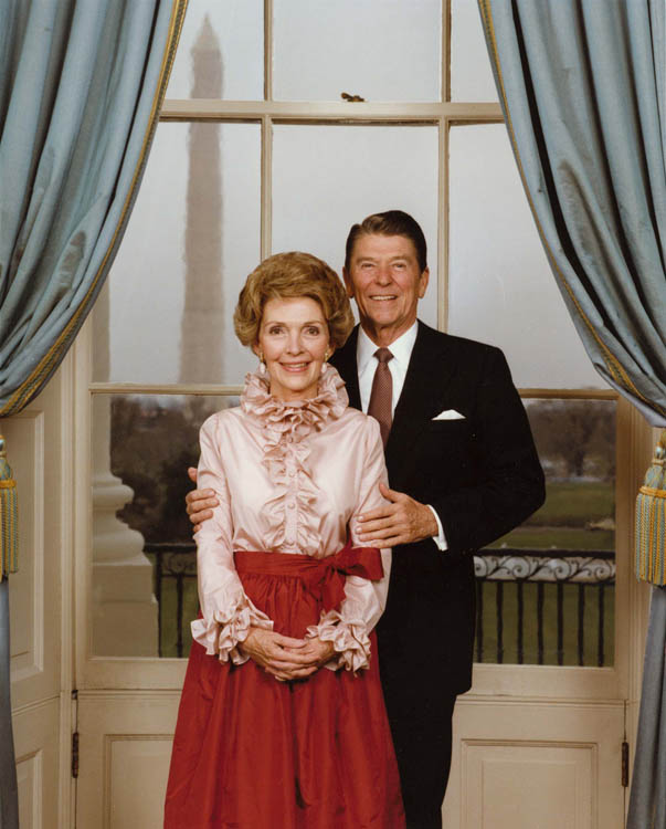President_and_Mrs._Reagan_pose_in_the_Blue_Room_for_their_official_portrait_1981
